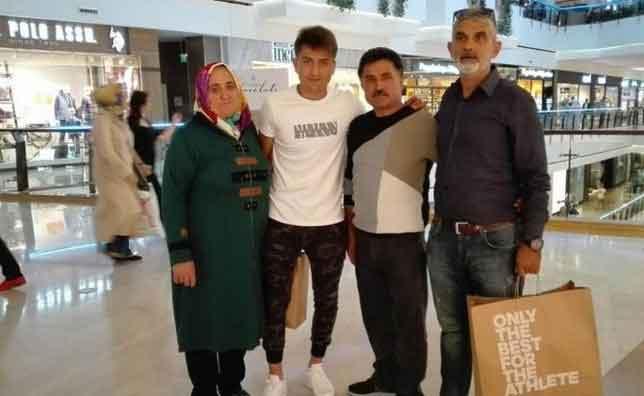 Ünlü Futbolcu Cengiz Ünder ve Ailesi